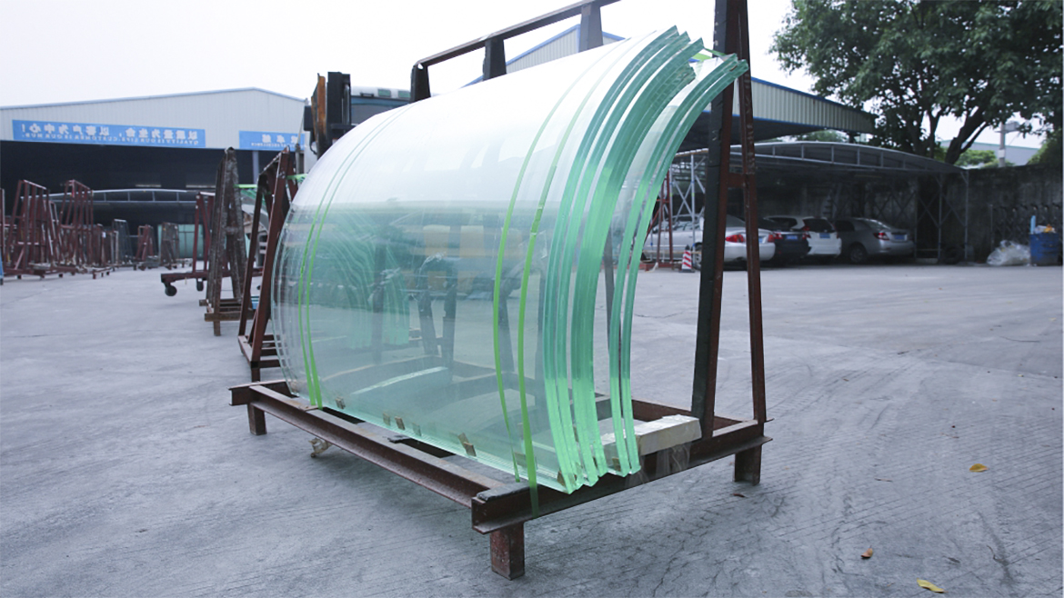 Curved ultra-white laminated glass