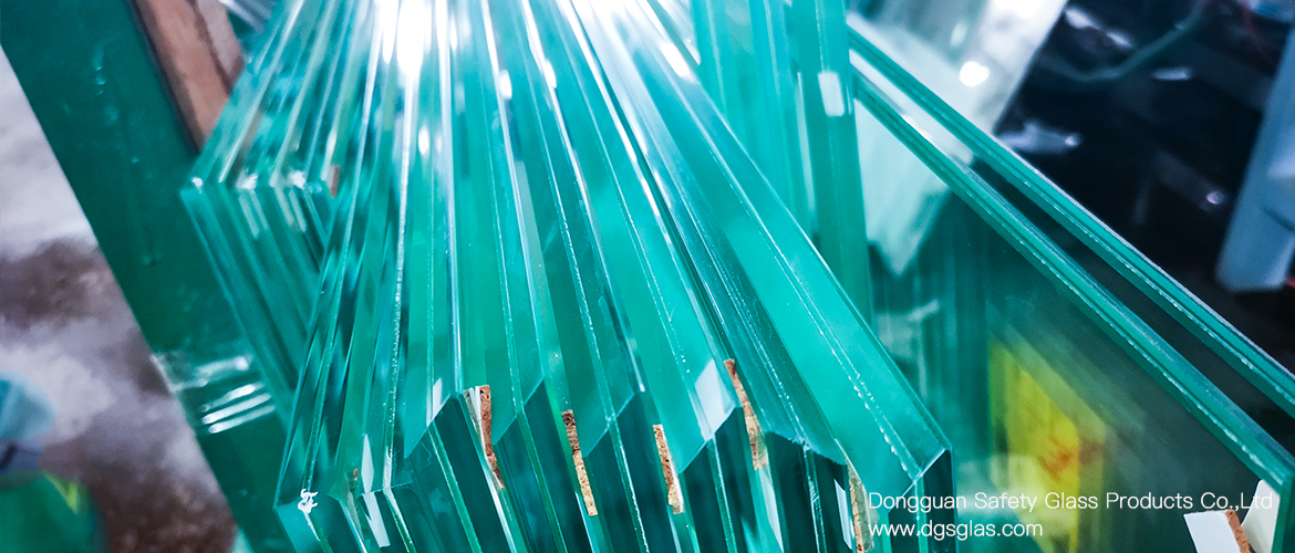 Tempered laminated glass with an oblique edge of 45 degrees